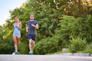 Paar beim Joggen an der frischen Luft