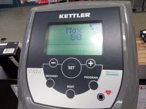 Pulsmessung auf Display von Crosstrainer